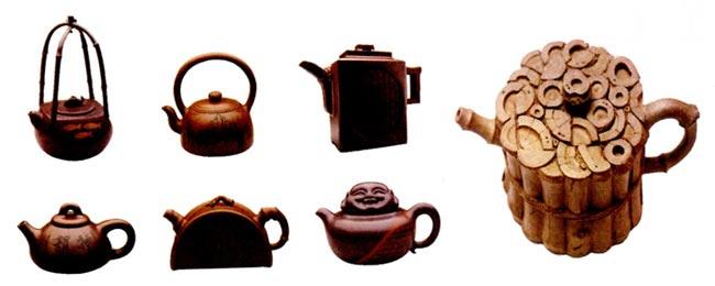 幼儿园大班美术教案陶艺活动:我和大师学做壶 活动目标: 1.欣赏大师的作品,对陶艺活动感兴趣。 2.尝试运用陶艺综合技能,模仿大师的作品,学制茶壶。 3.初步了解中国的茶文化。 活动准备: 1.收集大师的作品(各种各样的茶壶)并制作成课件。 2.普通茶壶一个。 3.陶泥、操作工具人手一份。 活动过程: 1.出示一个普通茶壶,导人活动。 (l)教师:你们看,这是什么?有什么用? (2)教师:你们知道古时候的人喝茶用什么茶具吗?(教师简要介绍我国茶文化) 2.欣赏课件中的茶壶,集体交流、讨论。 (1)教师:这