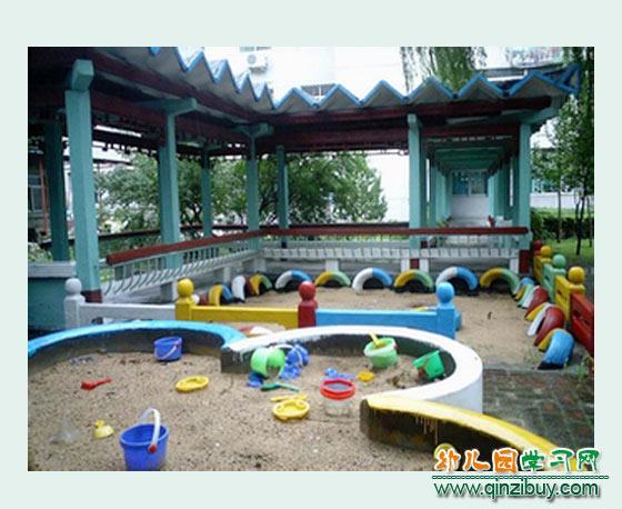 幼儿玩沙池 幼儿园户外环境布置图片2图片