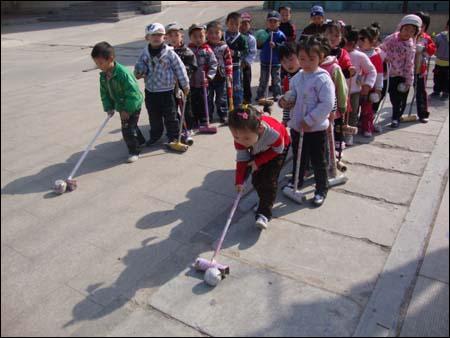 幼儿园小班户外游戏活动:送小猪回家