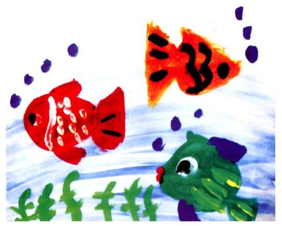 幼儿园中班美术活动设计:自由自在的鱼 活动目标 1、通过观察,了解鱼的基本结构,尝试画出自己看到的鱼。 2、在写生过程中,能细致观察,大胆下笔。 活动准备 1、鱼的图片及视频。 2、鱼缸每组一个(内置几条金鱼或鲫鱼)。 3、记号笔、彩色打印纸人手一份。 活动过程 1、欣赏有关鱼的图片和视频,初步了解鱼的外形结构。 (1)教师:你最喜欢哪条鱼,它是什么样子的?