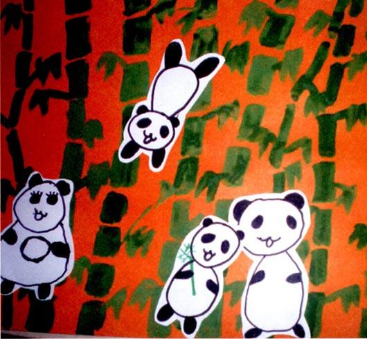 幼儿园中班美术活动设计:团团圆圆 活动目标 1、欣赏熊猫图片,感受熊猫胖乎乎、圆溜溜的外形特征。 2、通过观察、自主探索、分享同伴绘画经验等途径,尝试运用圆形、椭圆来描绘熊猫。 3、大胆表达自己遇到的困难,乐意与他人交流绘画方法。 活动准备 1、幼儿认识熊猫,看过有关熊猫的动画片。 2、熊猫各种姿Zi911I片多幅。 3、竹林大背景图(幼儿合作画的竹子),黑色记号笔人手一支。 活动过程 1、调动幼儿对熊猫的已有经验,进一步感受熊猫的外形特征。 (1)教师:你喜欢熊猫吗?