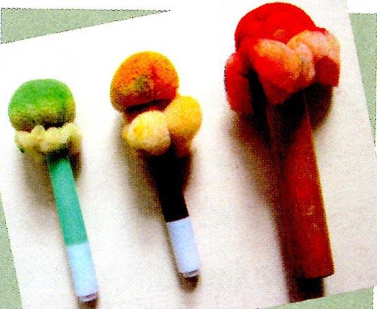 幼儿园中班中国画教案设计:吹泡泡 活动目标 1.通过欣赏,尝试用海绵印章在宣纸上印出泡泡。 2.进一步了解国画材料及特性。 3.积极参与集体讨论,愿意大胆尝试。 活动准备 1.幼儿已玩过吹泡泡的游戏。 2.宣纸,颜料(黄、咖啡、绿),颜料盘,棉签,海绵印章。 3.事先绘制小动物吹泡泡为背景的作业纸,人手一份。 活动过程 1.教师以回忆吹泡泡游戏导入活动,唤起幼儿的已有经验。 (1)引导幼儿回忆玩吹泡泡的游戏。 教师:你们玩过吹泡泡的游戏吗?泡泡是什么样子的?都有哪些颜色?(圆圆的,有红色、蓝色、绿色